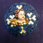 26A - Quadretto con Angelo in legno scolpito a mano su mosaico azzurro con decorazioni in vernice oro zecchino