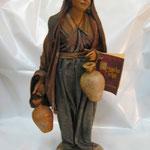 """23T Donna con Brocche di """"ANGELA TRIPI"""" in terracotta e tessuto vero"""