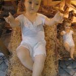 24 R -Bambinello vestito in vetroresina con occhi di cristallo e culla in legno