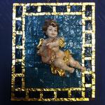 24A - Quadretto con Angelo in legno scolpito a mano che suona il tamburo su mosaico azzurro profilato con vernice in oro zecchino