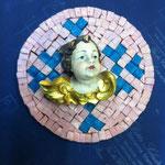 27A - Quadretto con angelo in legno scolpito a mano su mosaico rosa e decorazioni azzurre