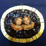 23A - Quadretto con Angeli in legno scolpiti a mano su mosaico viola profilato con  vernice in  oro zecchino