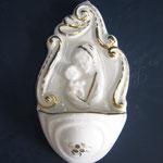 """37B - Acquasantiera in ceramica stile Luca della Robbia """"Madonna con Bambino""""27B - Acquasantiera in ceramica profilata in oro"""
