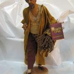 """22T - Uomo con legna di """"ANGELA TRIPI"""" in terracotta e tessuto vero"""