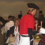 Das stilechte Serviceteam im roten Outfit