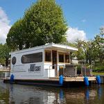 Hausboot führerscheinfrei in Brandenburg. Außenansicht Hausboot