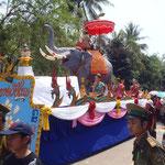 Parade du Nouvel An...Bon, là, je m'attendais à un vrai éléphant dans la parade...déçue :(
