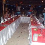 Tables du restaurant préparées pour le mariage