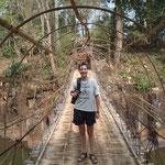 Sur le pont suspendu