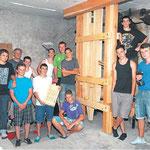 Knochenstampfe mit Erbauern und Modell (22.7.2012)