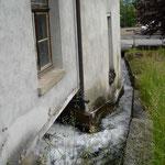 Der Mühlbach umfliesst das leere Wasserradhaus