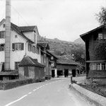 Vor der Sanierung der Staatsstrasse 1968 (mit Staubkamin und Wasserradhaus)