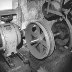 Turbinenwelle mit Riemenscheiben und 9 kW-Generator ( Zustand 1986)