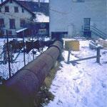 Das genietete Metallrohr führt das Wasser zur ehemaligen Mühle. (ca. 1985)