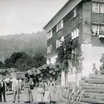 vermutlich Besitzerfamilie und Holzlager um 1900