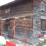 Die alten Schindeln werden entfernt. (20.06.12)