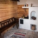 Der Holzofen ist voll funktionsfähig und mach mollig warm.