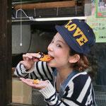 2013.4.12 LOVEかわさき(TVK)の撮影取材。焼き場の前でお煎餅をひとかじり。