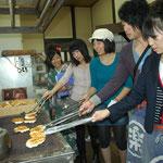 2010.10.17 専修大学生が産業観光ツアーを企画。神奈川新聞カナロコの取材。
