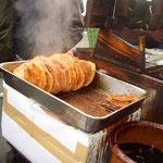 アツアツの焼きたて醬油つけたて煎餅を食べ歩きできます。