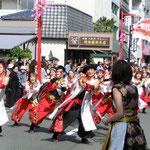 4月 かわさき楽大師まつり 大勢の観光客が見守る中よさこい踊りの団体が練り歩きます。