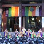 4月  川崎大師本堂にてご供茶式が50回を迎えることを記念して開催された僧侶たちによる真言声明