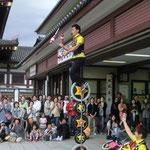 5月 こどもフェスティバル お大師様境内で大道芸パフォーマーたちも催しに参加しています。