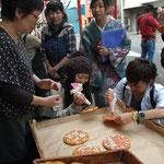 2010.10.17 専修大学生が産業観光ツアーを企画。(神奈川新聞カナロコ掲載写真)