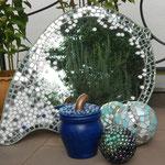 Mosaik-Spiegel mit Kugeln und Töpfe