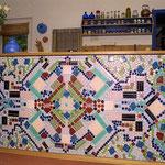 Mosaik-Relief an Küchenblock