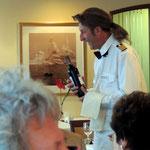 am vorletzten Abend serviert der Kapitän (mit Perücke) und die Offiziere...