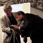 Reinhold Kazianka mit einer alten Kamera...
