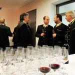 die Sängerrunde beim Weinverkosten