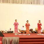 Tänzerinnen mit großem Orchester