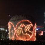beleuchtete Ballone in der Nacht