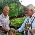 Gemeindevorstand Manfred Sacherer gratuliert dem Sieger