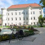 vorm Schloss Porcia in Spittal