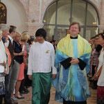Einzug in die Kirche von Bräutigam...