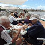 Mittagessen bei Mistralwinden am Deck