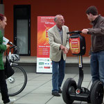 Bertram begutachtet Segway