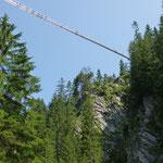 130 m hohe Hängebrücke zum Queren