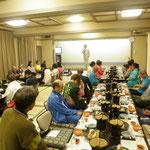 交流会でえらーい山西先生が挨拶(大見謝さん、クニさんのランニングの先生みたい・・・)