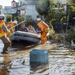 救援隊がボートによる必至の救出