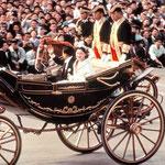 馬車に乗って多くの国民に披露、沿道の祝福を受ける