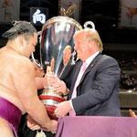 アメリカ大統領杯を平幕優勝の朝の山贈呈