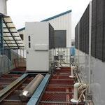 工場のひさし屋根の錆び劣化 室外機設置