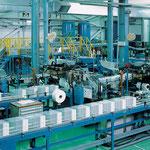 工場内は整然としたラインで製品が流れています
