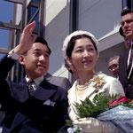 沿道に手を振る皇太子(現 平成天皇)と美智子妃殿下