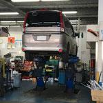 自動車修理工場のピット周りの油汚れ