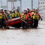 ボートで救援活動を続ける救援隊
